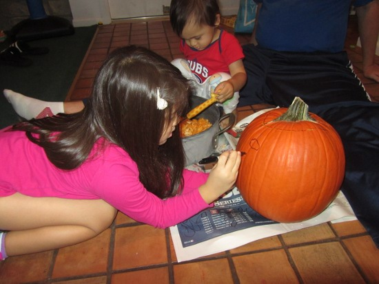 Next, Yaya draws a face on the pumpkin