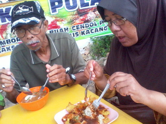 Atok and Opah eating during a light drizzle