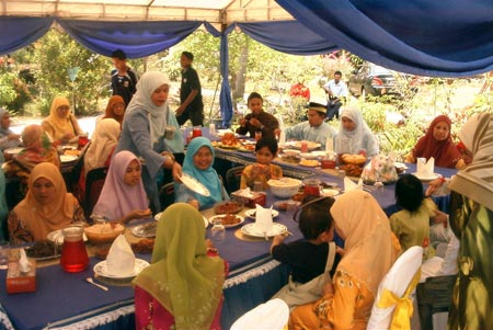 Hidangan pengantin being consumed