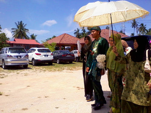 The couple's entourage arrives from Ipoh