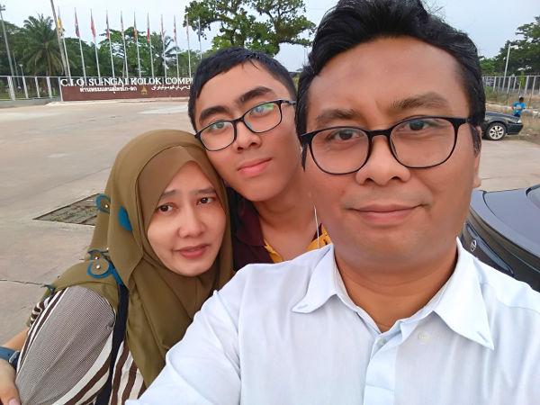 Nia's waiting for us at Pasir Mas