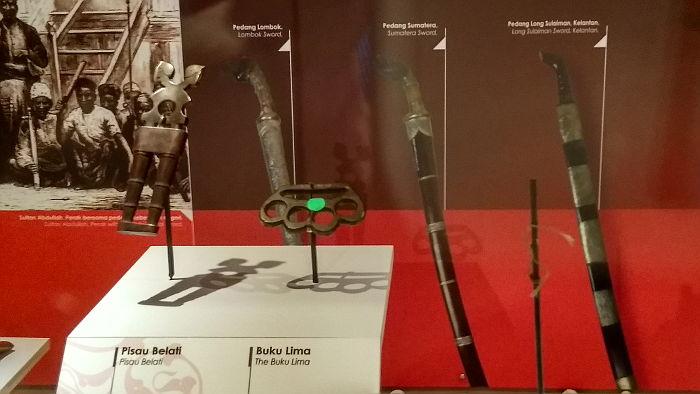 Belati blade and knuckleduster